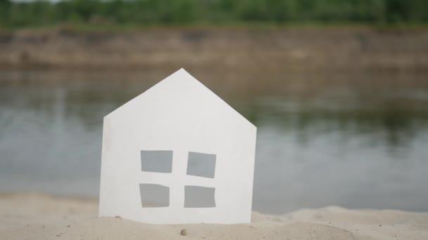 Symbol domu stojícího na rivershore.