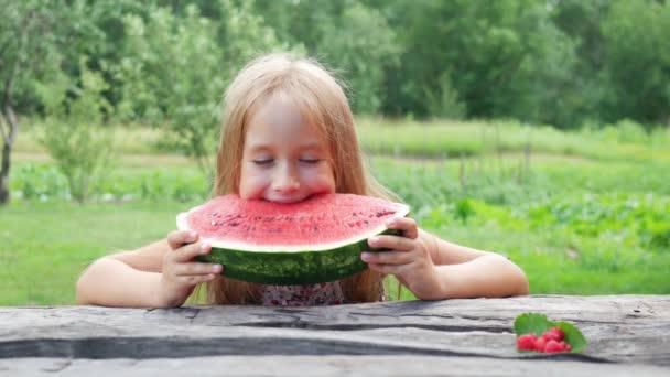 kleines Mädchen isst Wassermelone. Porträt eines Kindes isst Wassermelonenscheiben.