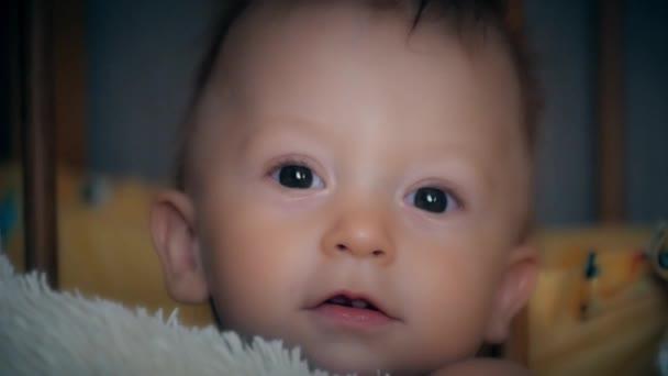Detailní záběr babys obličeje, když se usmívá a směje se. Malé roztomilé dítě se dívá do kamery.