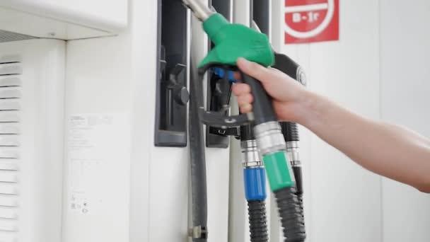 Zblízka se ropný benzín station Service - olej plnící a doplňovací pro auto dopravní koncepci. Čerpací stanice, palivové čerpadlo, benzinová pumpa plnicích trysek.