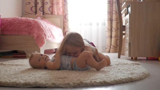 Roztomilý malý bratr a sestra baví doma. Krásná sestra a malý bratr hraje doma.