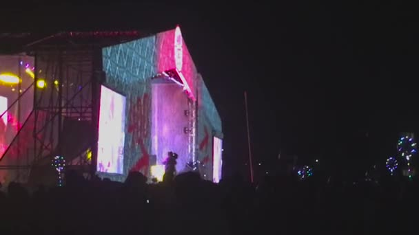 Felvétel, a tömeg egy koncerten bulizás.
