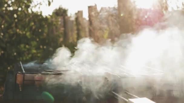Grilovací klobásky na grilu. Vepřové klobásy grilování na přenosný Bbq s párky, zblízka gril, maso a oheň