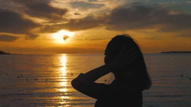 A hátsó fény a légzés mély friss levegő, a meleg naplemente nő sziluettje oldalnézete.