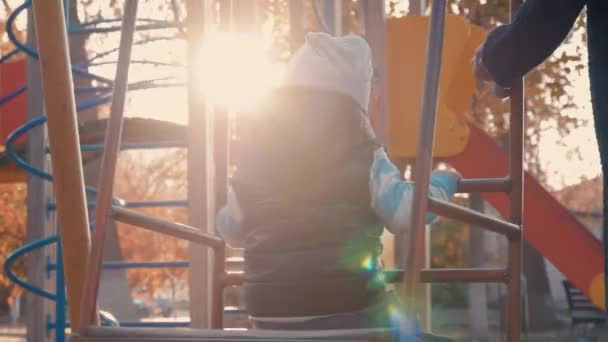 Chlapeček, houpat na dětské hřiště v parku. Šťastné dítě dobře bavíte: venku.