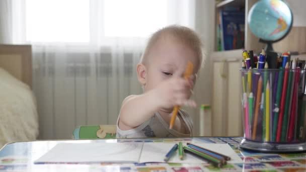 Roztomilé dítě chlapec Malování doma, 1 rok staré batole baby boy dítě Malování voskovky, happy, preschooler. Tvoření pro batolata koncept.