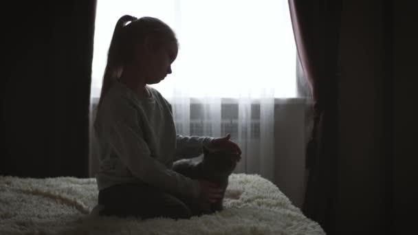 Depressziós kislány átölelve mackó.