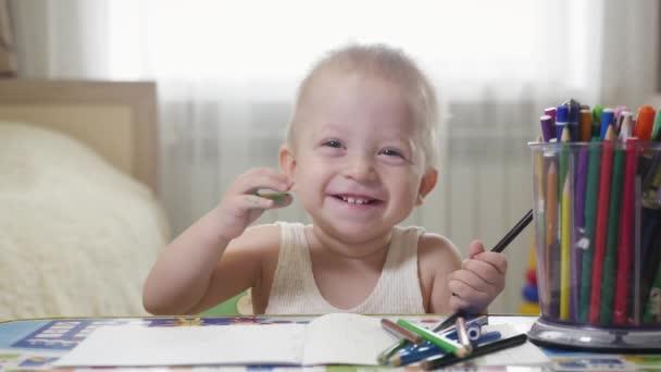 Pittura a casa, 1 anno di età del bambino bambino bebè dipinto con le matite, bambino in età prescolare felice del ragazzo sveglio del bambino. Gioco creativo per concetto per i più piccoli.