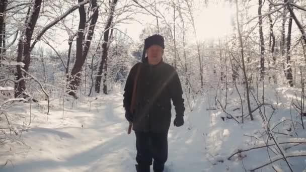 Vadász séta a havas téli erdőben. Télen a hobbi, a sun, a vadászat koncepció.