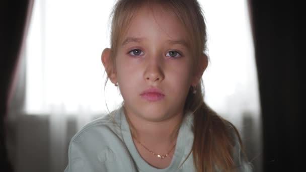 Portréja egy szomorú tizenéves lány, és az ágyban fekve mackó.