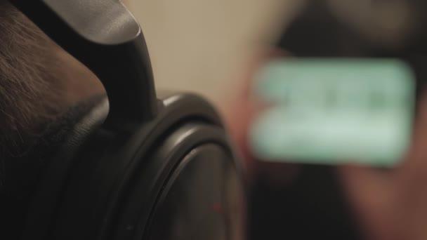 Chlapec sleduje mediální obsah pomocí sluchátek a mobilních telefonů, které leží na gauči doma. Uzavření chlapečů, kteří si večer hrají videohry na mobilním telefonu.