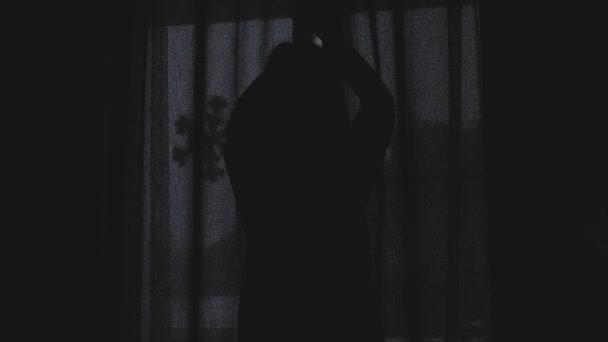 Schöne Mädchen ist wach und stand vor dem Fenster. Schöne Frau, die Vorhänge öffnen und schauen durch die Fenster