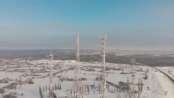 Letecký pohled na zmrazené televizní věže v zimě.