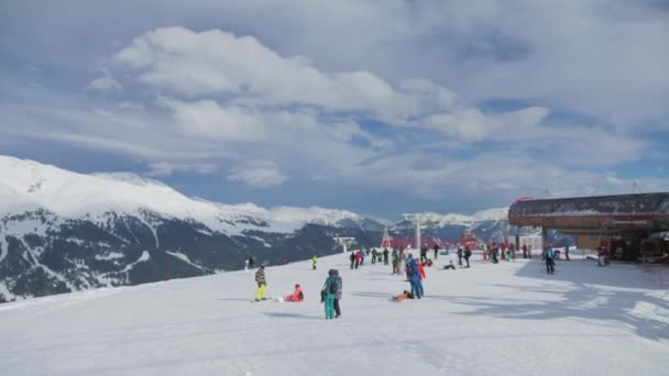 Lyžař lyžování a lidé na snowboardy ride po svahu na lyžařské středisko v zimě hory