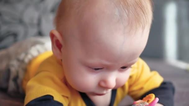 Aranyos 5 hónapos kisfiát, rágóka játék játék.
