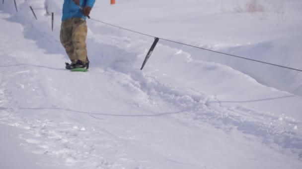 Lyžařské lyžování a lidé na snowboardech sjíždějí po svahu na lyžařském středisku v zimě.
