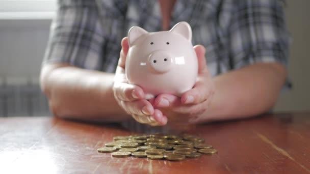 Žena, uvedení mincí v prasátko, úspora peněz koncept. Budoucnost potřebuje půjčit vzdělání nebo hypotečního úvěru trávit dovolenou snu efektivní nákup finanční riziko.