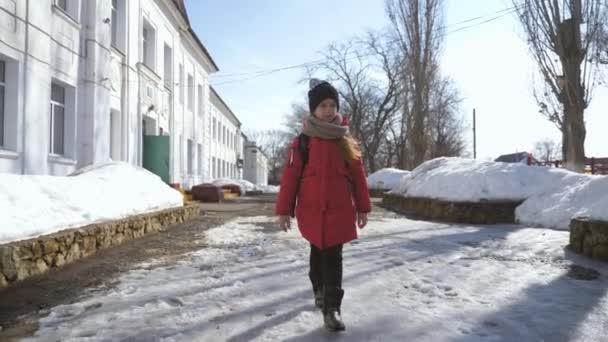 Mädchen mit Schulranzen gehen in die Grundschule. Kind der Grundschule. Schüler gehen mit Rucksack zur Schule.