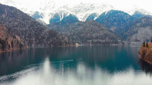 4k letecký pohled majestátní horské jezero Ritsa, Abcházie.