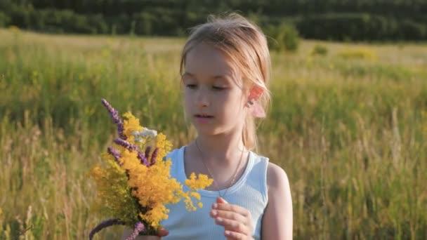 Kislány virágok mezőben. A virágok, a mező mögött bújik meg a gyermek.