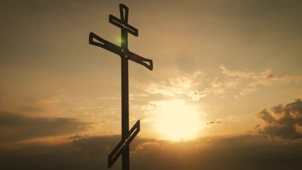 Keresztény kereszt a naplemente égen. Jézus Krisztus keresztre feszítése-keresztelés napnyugtakor.