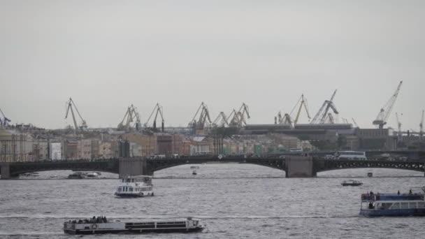 Cargo hajó kikötőbe teher.