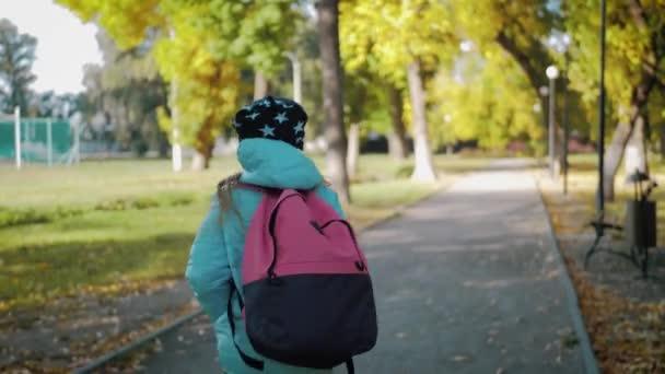 Kislányt egy hátizsák fut az iskolába. Iskolai és óvodai oktatás fogalmát. Vissza érdekében, lassú mozgás és Steadicamnél videó.