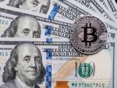 Háttér crypto bitcoin és a dollárt. A szimbolikus érmék bitcoins, száz dollár-bankjegyek. Exchange bitcoin készpénz a dollár.