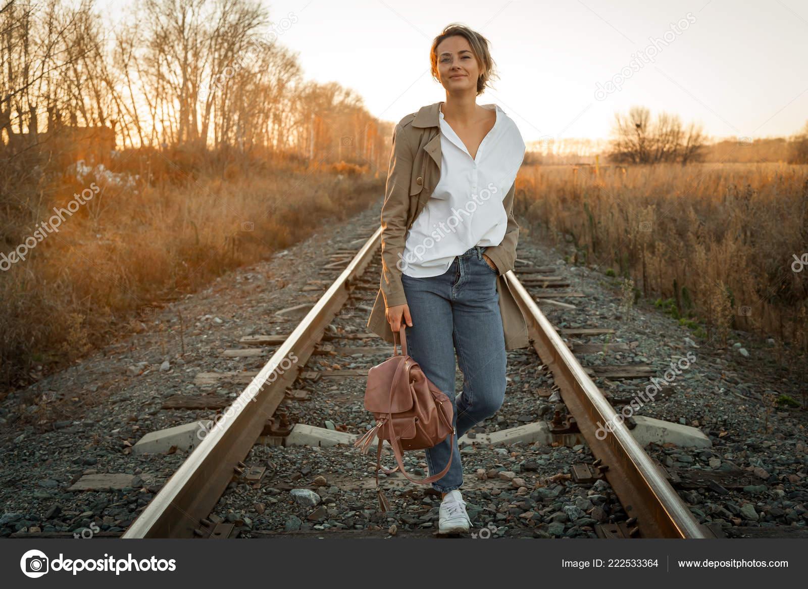 Und Junge Frau Regenjacke Eine Ein Hemd Jeans Beige Weißes XiPkuZ