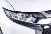Novosibirsk, Rusko červen 30, 2019: Mitsubishi Outlander, blízko reflektu, nárazníku, kotouče. Fotografie moderního auta na parkovišti v Novosibirsku