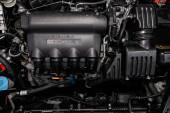 Novosibirsk, Oroszország Jule 8, 2019: Honda Airwave, Close-Up a motor, elöl kilátás. Belsőégésű motor, autóalkatrész, deteyling