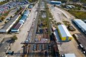 Pohled na průmyslovou zónu: železniční kolejnice, garáže, sklady, kontejnery pro uskladnění zboží. Pojetí skladování zboží dovozci, vývozci, velkoobchodníci, dopravní podniky, celní