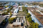 Horní pohled na průmyslovou zónu: garáže, sklady, kontejnery pro uskladnění zboží. Pojetí skladování zboží dovozci, vývozci, velkoobchodníci, dopravní podniky, celní