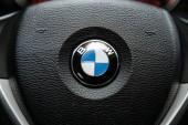 Novosibirsk, Rusko září 18, 2019: blízká, modrá značka BMW štítek na černém plastovém volantu