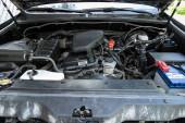 Novosibirsk / Rusko květen 12, 2020 Toyota Land Cruiser, Auto motor zblízka. spalovací motor, autodíly, deteyling