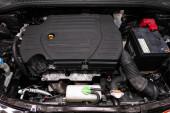 Novosibirsk / Rusko 31. března 2020: Suzuki SX4, Detail automobilového motoru, pohled zepředu. spalovací motor, autodíly, deteyling