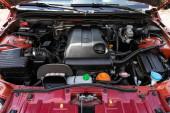 Novosibirsk / Rusko 02. května 2020: Suzuki Grand Vitara, Detail automobilového motoru, pohled zepředu. spalovací motor, autodíly, deteyling