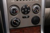 Nowosibirsk / Russland 22. April 2020: Suzuki Grand Vitara, Close-up Instrumententafel mit Klimaautomatik-Ansicht mit Klimaschaltknöpfen - Details und Bedienelemente moderner Autos