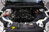 Novoszibirszk / Oroszország May 25, 2020: Ford Focus, Close up details of car engine, front view. Belső égésű motor, autóalkatrészek, deteyling