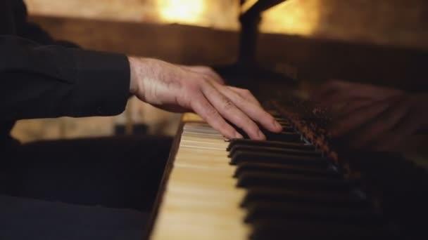 Játszik a klasszikus zongora. Hivatásos zenész zongorista kezében zongora billentyűk. Kéz