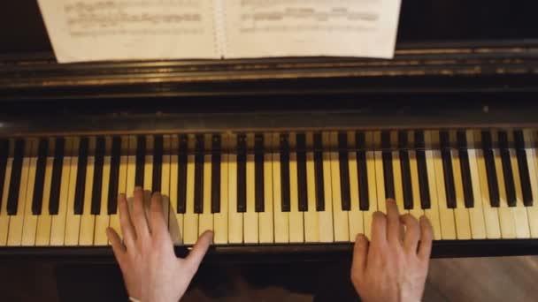 Hivatásos zenész zongorista kezében zongora billentyűk.