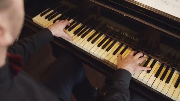 Klasszikus zongorán játszik. Professzionális zenész zongorista kezek zongora billentyűk.