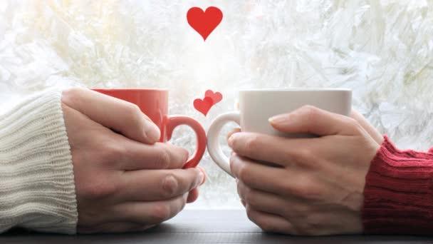 video záběry srdce stoupající mezi dvojicí lidí, kteří se scházejí v kavárně na pozadí zamrzlého okna. horké pocity