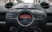 Fotografie Auto uvnitř místo řidiče. Přední sedadla s řídicí panel ovládání.