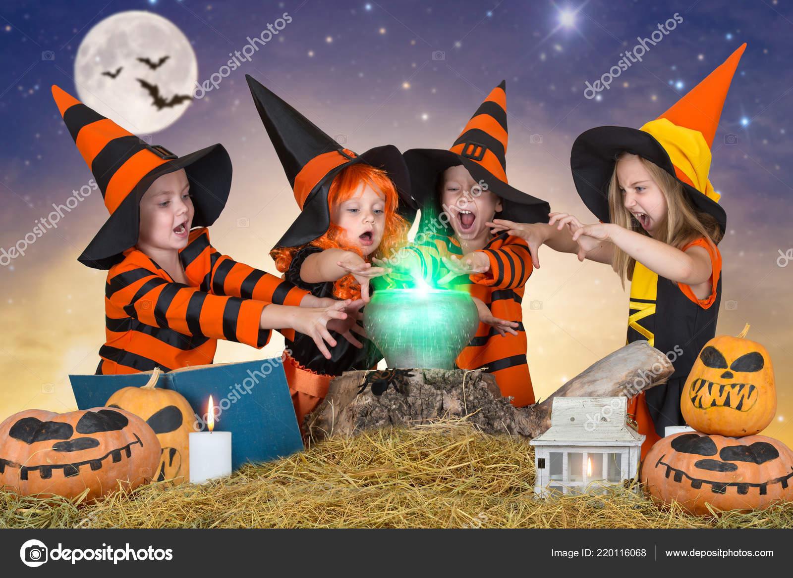 Kinderen Halloween.Halloween Kinderen Van Heksen Tovenaars Potion Ketel Met
