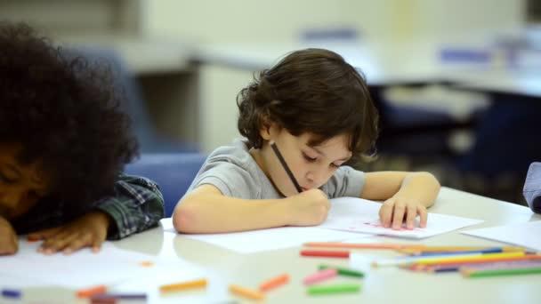 Malé děti studovat ve škole s učitelem mužské. Upřímný záběr.