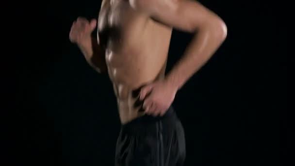 Muž běží zpomaleně. Nahý bílý muž s černými krátké a šest balíčků sval běžící. Super pomalý pohyb.
