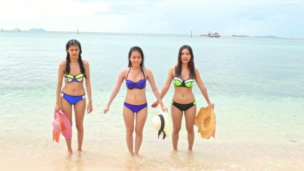 attraktive junge Chinesinnen, die Spaß am Strand haben. Jubelsprung. Schuss in Zeitlupe. Filmlook. pattaya, thailand.