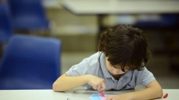 Kleine Kinder lernen in der Schule mit männlichen Lehrern. Aufrichtiger Schuss.