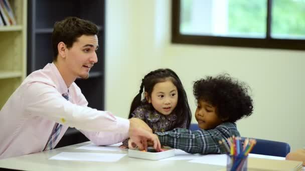 Kisgyermekek tanulmány az iskolai férfi tanár. Beállított fénykép szemcsésedik.